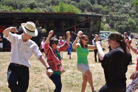 Xente animándose col baille del país (Fotografía: Denis Soria)